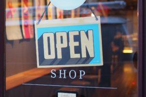 boutique de proximité avec pancarte ouvert
