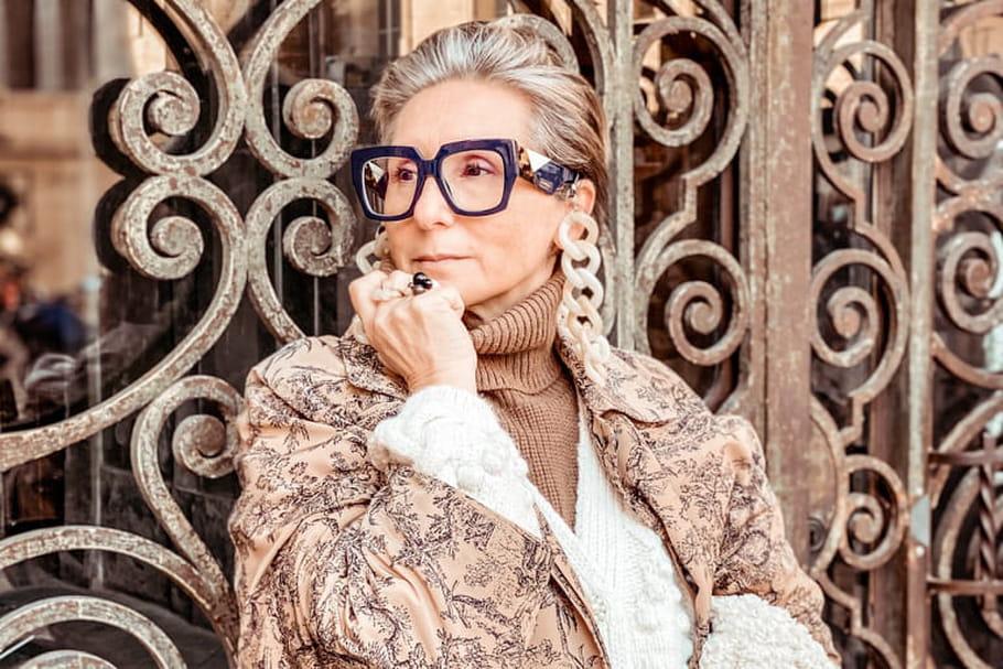 Femme avec des lunettes oversize