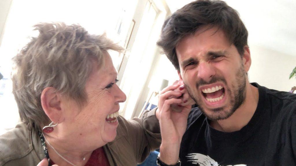 Mère qui tire l'oreille de son fils